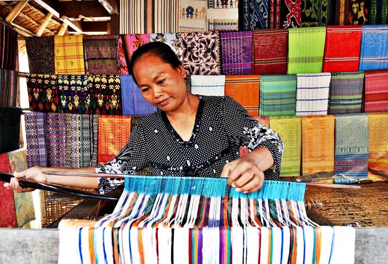 Kerajinan Tenun Tradisional Lombok di Desa Sukarara