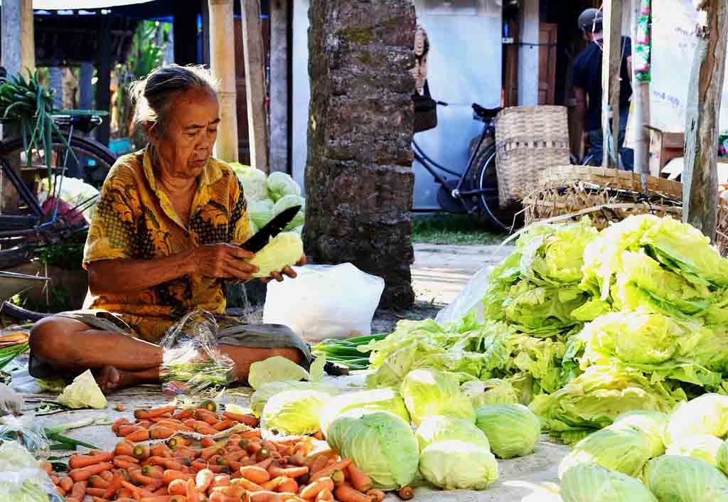 Penjual sayur di pasar tradisional