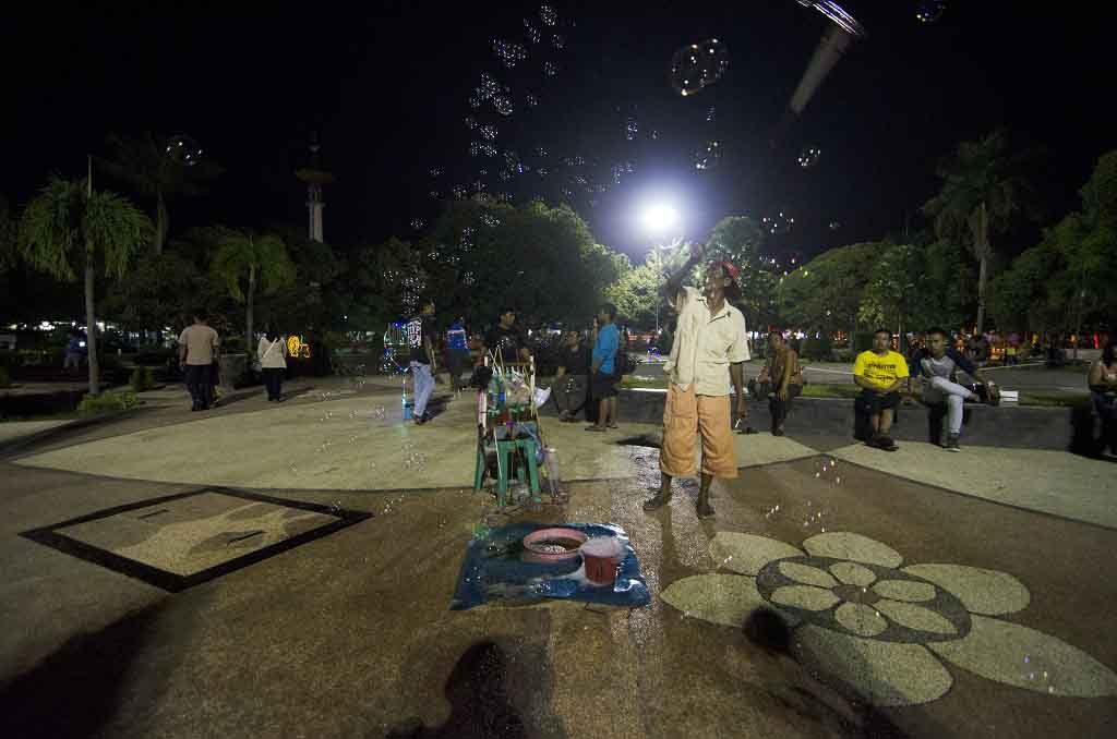 Malam di taman Bungkul Surabaya