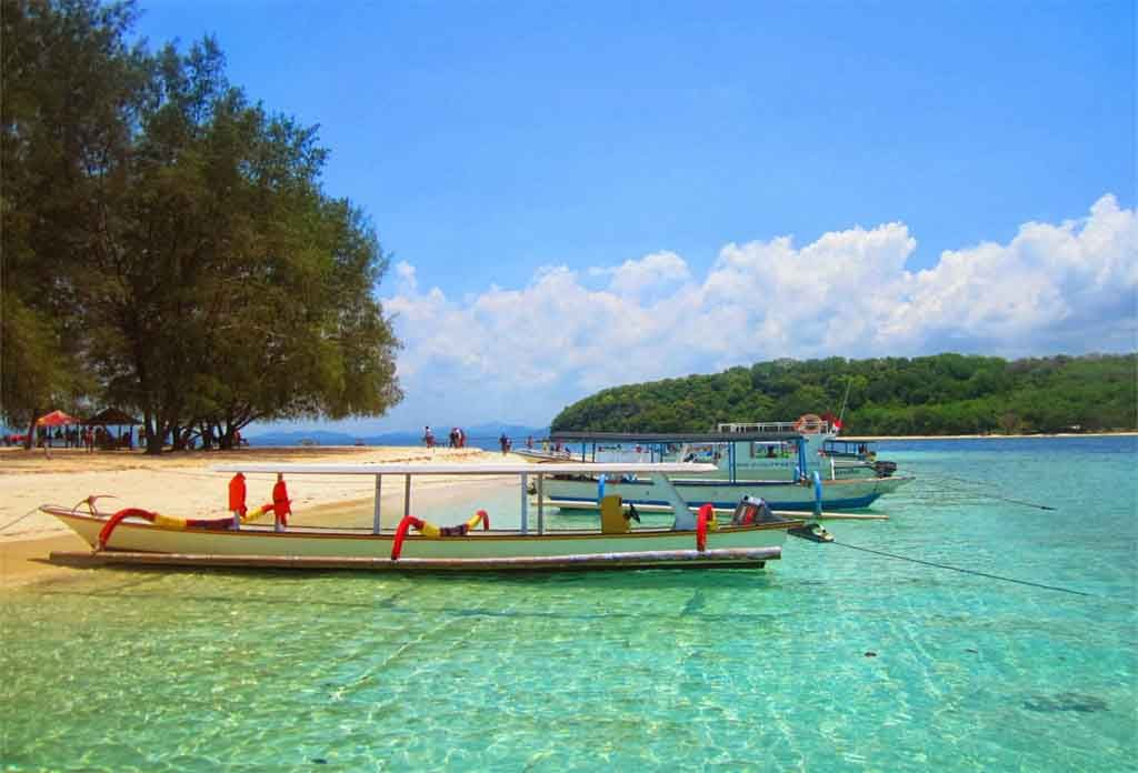 Kapal bersandar di Gili Nanggu - Lombok Barat
