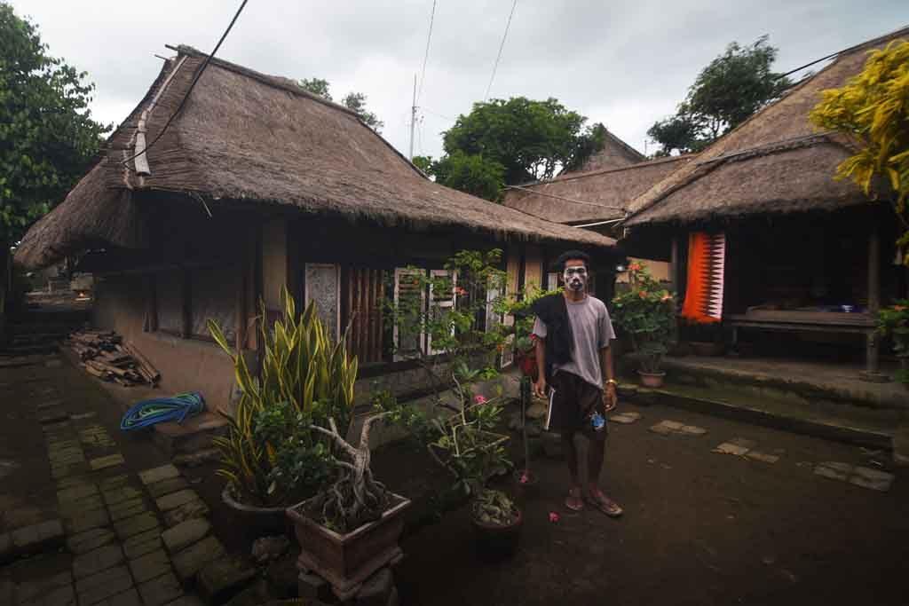 Seorang wargaSeorang warga suku Sasak berdiri di halaman rumahnya di Dusun Sade, Lombok Tengah, Nusa Tenggara Barat, Jumat (13/2). suku Sasak berdiri di halaman rumahnya di Dusun Sade, Lombok Tengah, Nusa Tenggara Barat, Jumat (13/2).